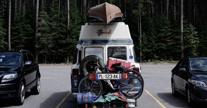 une troisième plaque d'immatriculation pour la remorque ou le porte-vélo
